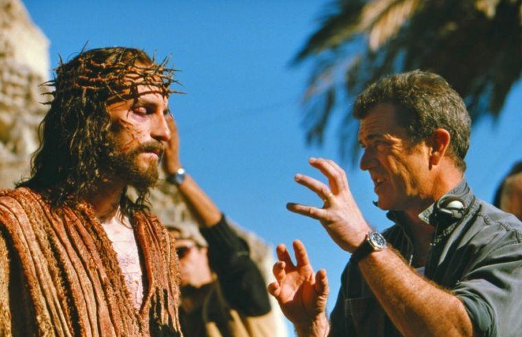 導演梅爾.吉布森Mel Gibson(右)在說戲﹐以下皆為劇照