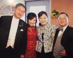 2011年兒媳結婚時合照,同證主恩作者(右二)及丈夫(右一)及兒子和兒媳