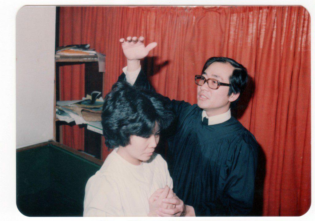 1981年的聖誕節接受洗禮加入教會