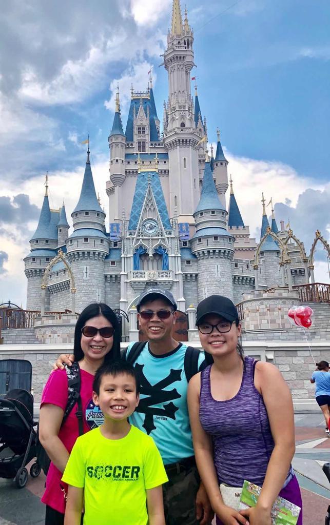 作者與丈夫、大女兒及小兒子旅遊照