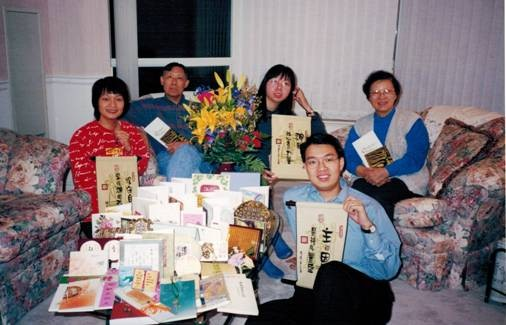 鄭先生於2002年受浸後與家人合照