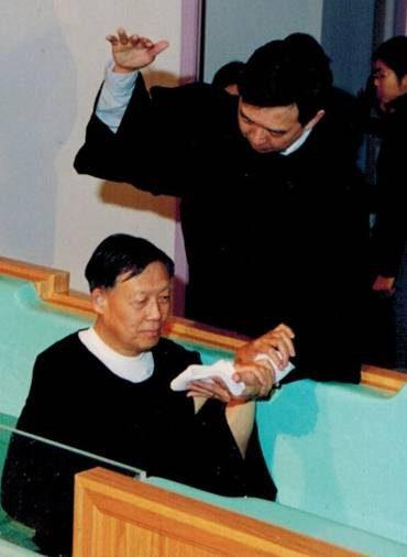 鄭先生於2002年復活節受浸
